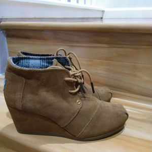 Toms tan ankle booties size 5.5